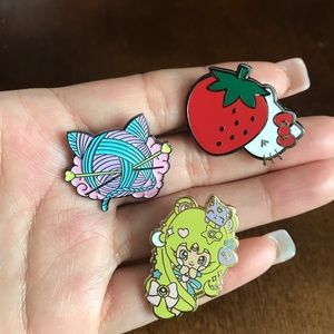 Set 3 pins hello kitty and sailor moon